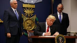 O presidente americano, Donald Trump, assina nova versão de decreto sobre entrada de estrangeiros no país.