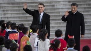 Le président brésilien Jair Bolsonaro et son homologue chinois Xi Jinping devant le Hall du Peuple à Pékin, le 25 octobre 2019.