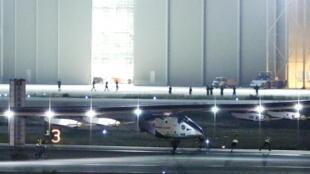 O avião Solar Impulse 2 toca o solo em Nagoya, no Japão