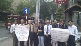 Nhóm nhân sĩ trí thức ở Sài Gòn biểu tình chống Trung Quốc, ngày 05/06/2011 (Courtesy Cao Lập)