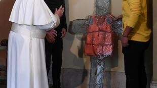 Le pape François bénit la croix au gilet de sauvetage en mémoire des migrants et réfugiés morts en Méditerranée.
