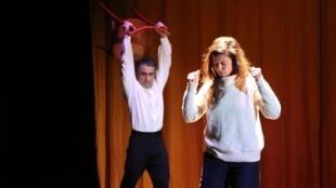"O ator Arman Saribekyan e a diretora Flávia Lorenzi durante ensaio da peça ""Nijinski ou la dernière danse du dieu bleu""."