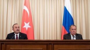 Conferência de imprensa dos chefes da diplomcia da Turquia, Mevlut Cavusoglu e da Rússia, Serguei Lavrov, após encontros com os dois principais actores do conflito líbio, Fayez al-Sarraj e o marechal Khalifa Haftar, em Moscovo, a 13 de Janeiro de 2020.