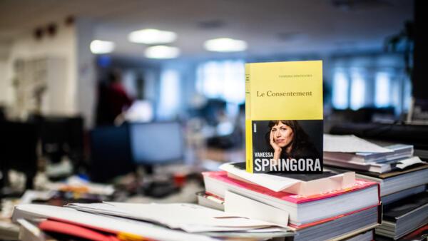 """法国作者凡妮莎·斯普林莫拉于1月2日出版新书《两厢""""情愿""""》(le Consentement)"""