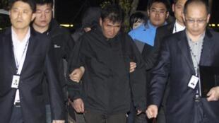 Cảnh sát Hàn Quốc áp giải ông Lee Joon-Seok (G) thuyền trưởng tàu Sewol, đến tòa án Mokpo, ngày 18/04/2014