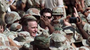 Cố tổng thống George H.W. Bush lúc đến thăm quân viễn chinh Mỹ tại Ả Rập Xê Út ngày 22/11/1990.