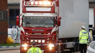 La police déplace le conteneur où les corps ont été découverts, à Grays, dans l'Essex, en Grande-Bretagne, le 23 octobre 2019.