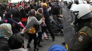 Des exilés face à la police anti-émeute, à l'extérieur du camp de Kara Tepe, sur l'île de Lesbos, le 3 février 2020.