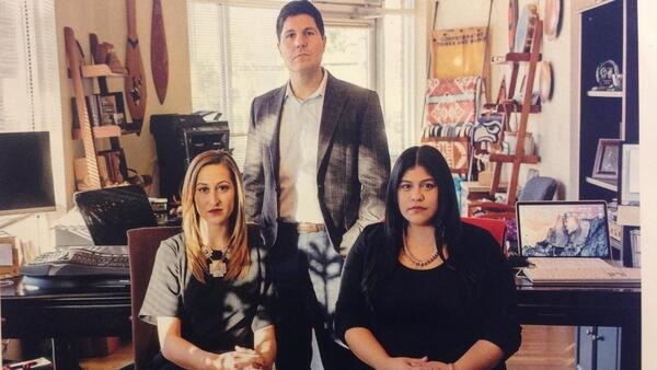Os advogados Bree Black Horse, Gabriel Galanda e Amber Penn-Rocco (da esquerda para a direita na foto) se especilizaram na defesa dos índio americanos