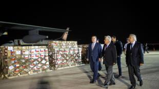 Sebastien Pinera, le président chilien avec deux de ses ministres à l'aéroport de Santiago du Chili, pour s'assurer du départ de l'aide humanitaire vers le Venezuela.