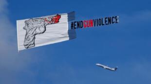 """Một máy bay kéo theo tấm biểu ngữ kêu gọi """"chấm dứt bạo lực súng ống"""" sau vụ thảm sát ở Orlando, Florida, Hoa Kỳ"""