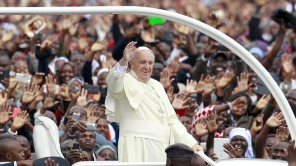 Quenianos desafiam chuva e frio para ouvir  Papa Francisco