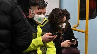Casal utiliza máscara no metrô de Milão, no norte da Itália, em 21 de fevereiro de 2020.