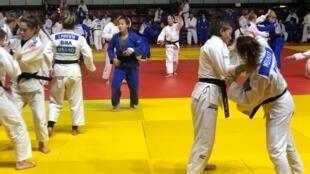 Judô feminino em treinamento de campo em Paris