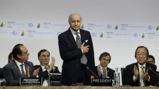 Министр иностранных дел Франции Лоран Фабиус представляет итоговый проект соглашения по климату, Ле-Бурже, Франция, 12 декабря 2015 г.