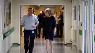 Thủ tướng Anh bà Theresa May đến thăm bệnh viện Frimley Park, gần Camberley, Anh Quốc ngày 04/01/2018.