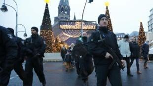 Polícia patrulha mercado de Natal em Berlim (22/12/16).