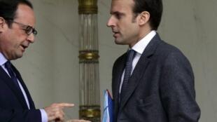 O ministro da Economia, Emmanuel Macron (à direita), conversa com François Hollande.