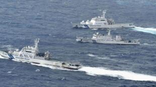 中国海监船66号(中)与日本海上保安厅巡逻舰在中国东海钓鱼岛海域共同社2012年9月24日拍摄