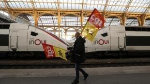 Một công nhân đường sắt cầm cờ công đoàn CGT tại ga xe lửa Nice trong ngày thứ 36 liên tiếp đình công chống lại các kế hoạch cải tổ chế độ hưu bổng, ngày 09/01/2020.