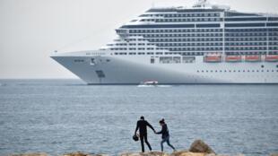 Le bateau de croisière MSC Fantasia au large de Cannes, le 7 mai 2018.