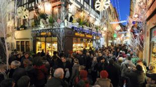Clientes em frente às lojas nas ruas de Estrasburgo, no leste da França, a uma semana do Natal.