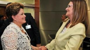 A presidente brasileira Dilma Rousseff (à esq.) conversa com Maria das Graças Foster, presidente da Petrobrás, em foto de 13.02.2012.