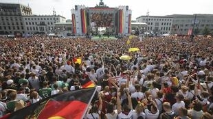 Milhares de alemães se reuniram no Portão de Brademburgo para festejar a chegada da selação campeã da Copa do Mundo de 2014.