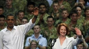 2011年11月17日,美國總統奧巴馬與澳大利亞總理吉拉德在堪培拉附近的達爾文軍事基地視察美澳軍隊。