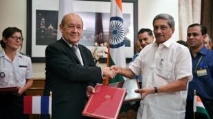 Ministan tsaron Faransa Jean-Yves Le Drian da takwaransa na India  Manohar Parrikar a birnin New Delhi