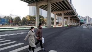 Người dân đeo khẩu trang ở một trục đường lớn ở Trường Sa (Changsha), tỉnh Hồ Nam (Hunan), Trung Quốc, ngày 29/01/2020.