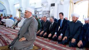 Presidente sírio, Bashar al-Assad, a rezar na mesquita de Hama, marcando o fim da festa maior muçulmana de Eid el-Fitr.