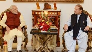 Thủ tướng Ấn Độ Narendra Modi (T) và Thủ tướng Pakistan Nawaz Sharif (P) tại Lahore, Pakistan, ngày 25/12/2015.