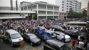 Công nhân biểu tình trước cổng doanh nghiệp   , tại TP. Đông Quản, tỉnh Quảng Đông, Trung Quốc, ngày 18/04/2014
