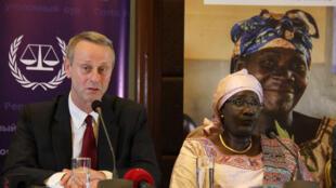 Mama Koïté Doumbia, vice-présidente du Fonds au profit des victimes de la CPI (D) et Pieter de Baan (G) directeur du Fond, le 1er mars 2017 à Kampala en Ouganda.