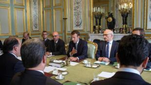 Tổng thống Pháp E. Macron (T) tiếp phái đoàn Venezuela tại điện Elysée ngày 04/09/2017.