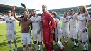 Los parisinos festerjan su 6to título de campeones de Francia, el 13 de marzo de 2016 en la cancha de Troyes.
