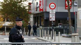 Déploiement de la Police autour du Stade de France, le lendemain des attentats à Paris, le 14 novembre 2015.