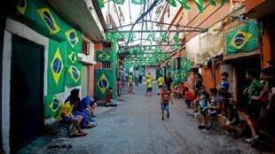 Rua de bairro da periferia de Beirute enfeitada com bandeiras do Brasil.