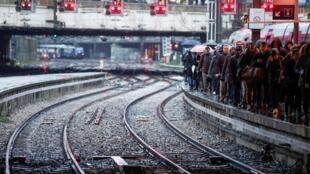 Passageiros lotam a plataforma da estação ferroviária Saint-Lazare em Paris.