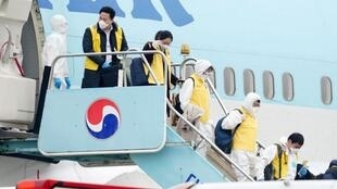韩国大韩航空班机接回撤侨公民资料图片
