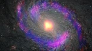 Zona central de la galaxia M77, también conocida como NGC 1068, observada por ALMA y el telescopio espacial Hubble de NASA/ESA.