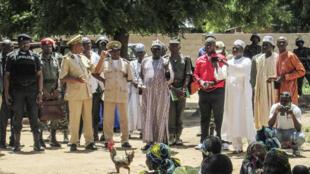 Taron jama'a a Kolafata na kasar Kamaru bayan da 'yan Boko Haram suka kai hari a 2015