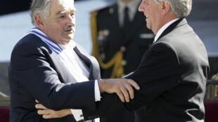 L'ex-guérillero uruguayen Jose Mujica (G) a reçu l'écharpe présidentielle des mains de son prédécesseur Tabaré Vazquez, le 1er mars 2010 à Montevideo.