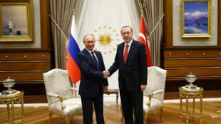 Tổng thống Thổ Nhĩ Kỳ Recep Erdogan (P) tiếp đồng nhiệm Nga Vladimir Putin tại Ankara, ngày 28/09/2017
