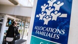Le revenu de solidarité active (RSA) est versé par la Caisse d'allocations familiales.