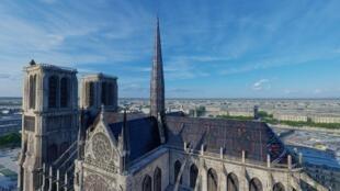 Vista aérea mostra cobertura em vitrais, elaborados com o auxílio de um professor de História da Arte.