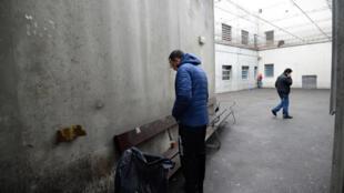 Centro de Retenção Administrativa de Marselha, onde imigrantes aguardam decisões judiciais.