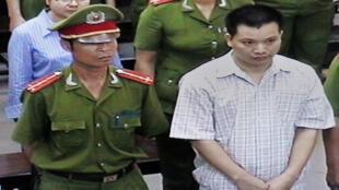 Luật sư Nguyễn Văn Đài và đồng nghiệp Lê Thị Công Nhân tại phiên xử ngày 11/05/2007.