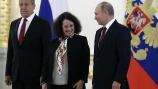 Tổng thống Nga Vladimir Putin (P), đại sứ Pháp Sylvie Bermann và ngoại trưởng Nga Sergei Lavrov (T) nhân một buổi lễ tại điện Kremlin (03/10/2017)
